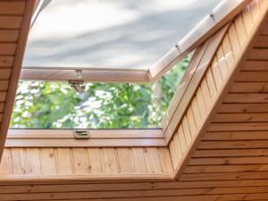 Jak wybrać rolety na okna dachowe?