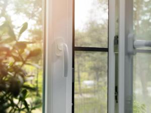 Jak wybrać moskitiery na okna?